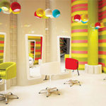 Wygodny fotel dla dziecka w salonie fryzjerskim